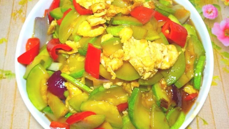 西葫芦炒鸡蛋,出锅装盘