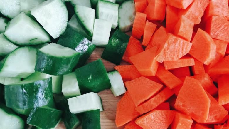 什锦虾仁,黄瓜和胡萝卜切成丁状备用