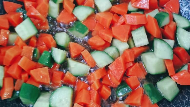 什锦虾仁,锅中再倒入食用油把胡萝卜黄瓜倒进去翻炒