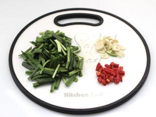 韭菜炒蚕豆,韭菜摘洗干净切段,大蒜去皮切片,小米辣切圈。