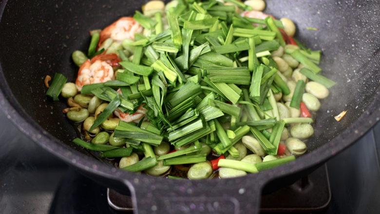 韭菜炒蚕豆,最后加入韭菜段。