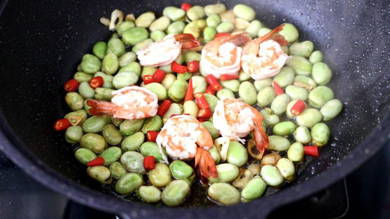 韭菜炒蚕豆,加入虾和小米辣翻炒均匀。