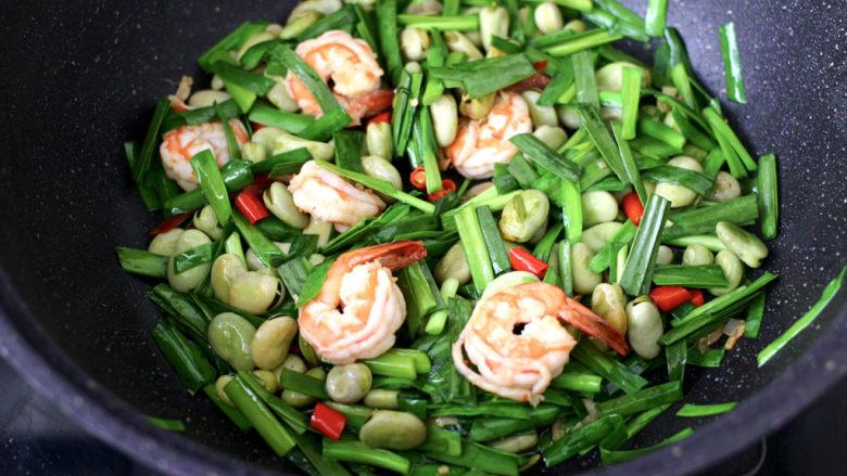 韭菜炒蚕豆,大火翻炒均匀即可关火。