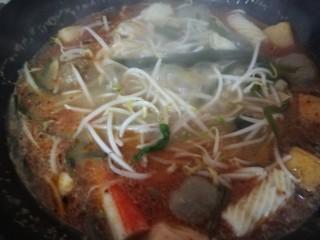酸汤米线,最后加入青菜。