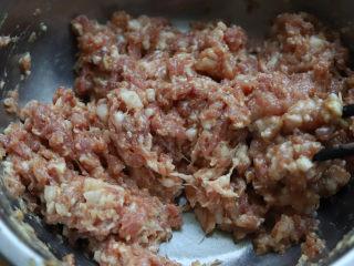 槐花饺子,然后就用筷子,两根四根都可以,往同一个方向快速搅拌,搅拌到汤汁完全被肉馅吸收,此时的肉馅看起来很黏稠。