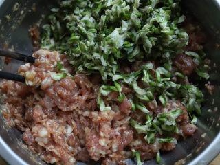 槐花饺子,然后再把洗干净,攒干水分的槐花放进来,搅拌均匀就成了饺子馅,如果想吃其它馅的饺子,也是在这一步加入。