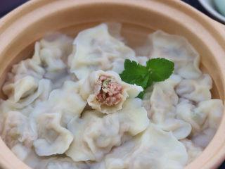 槐花饺子,现包的饺子,要等水烧开了再下入锅中,饺子下入后用锅铲推一推,防止饺子粘锅,煮到饺子浮起来,加一碗清水,再次把水烧开饺子就煮熟了。