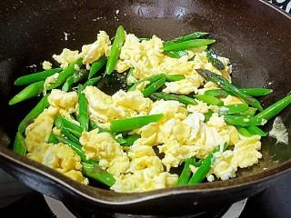 芦笋炒鸡蛋,翻炒均匀