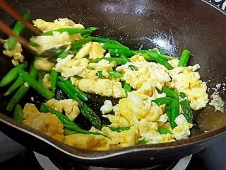 芦笋炒鸡蛋,翻炒均匀即可关火