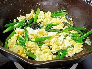 芦笋炒鸡蛋,加入盐和白糖调味