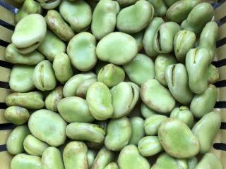 韭菜炒蚕豆,沥干水分。