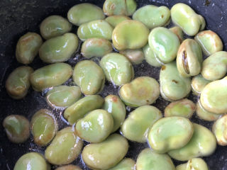 韭菜炒蚕豆,加入适量清水。