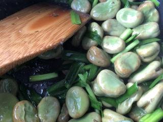 韭菜炒蚕豆,翻炒均匀。