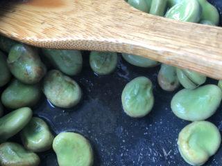 韭菜炒蚕豆,看汤汁快收干时开盖。
