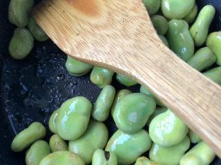 韭菜炒蚕豆,翻炒片刻。