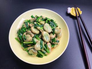 韭菜炒蚕豆,出锅装盘。