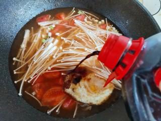 番茄米线,加入一勺生抽,大火煮开