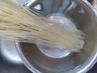 番茄米线,米线用冷水泡几分钟