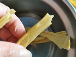 腐竹炒木耳,盆子太小,先将腐竹对半折断