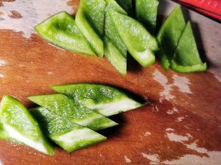腐竹炒木耳,青椒切块