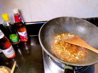 腐竹炒木耳,锅中加水煮开