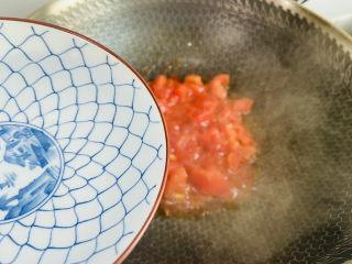 番茄米线,加入两碗热水大火烧开