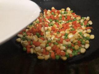 什锦虾仁,加入适量的水煮三分钟左右