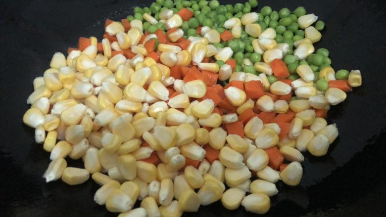 什锦虾仁,下玉米、红萝卜、青豆翻炒一下