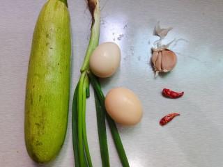 西葫芦炒鸡蛋,食材准备:西葫芦,鸡蛋,葱,蒜头,干辣椒