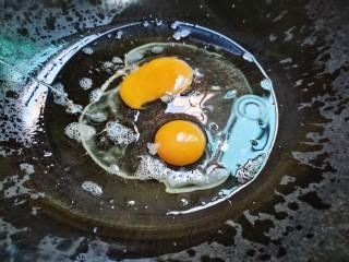 西葫芦炒鸡蛋,鸡蛋下锅煎至