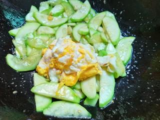 西葫芦炒鸡蛋,倒入提前炒好的鸡蛋