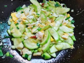 西葫芦炒鸡蛋,最后翻炒均匀入味了即可