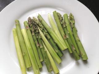 凉拌芦笋,将芦笋切成均匀的段状