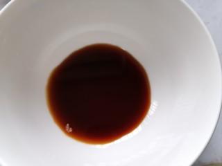 凉拌芦笋,开始准备酱汁加入两勺生抽