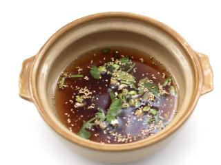 酸汤米线,撒上少许白芝麻,倒入少许凉开水。