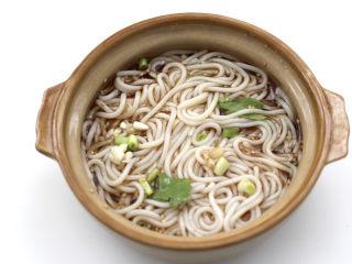 酸汤米线,把煮熟的米线,放入碗里搅拌均匀。