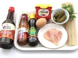 酸汤米线,首先备齐所有的食材,鸡蛋提前煮熟备用。