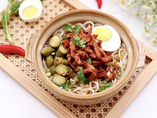 酸汤米线,上面码上炒好的鸡肉,煮熟的鸡蛋一切两开,摆上酸黄瓜开吃吧。