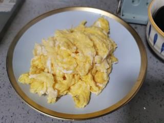 西葫芦炒鸡蛋,盛出备用