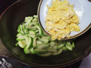 西葫芦炒鸡蛋,倒入鸡蛋