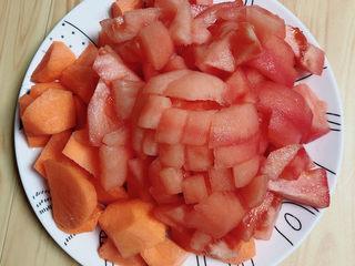 西红柿炖牛肉,准备好西红柿,削去外皮,切丁儿。再准备些胡萝卜切块儿待用。