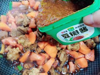 西红柿炖牛肉,加入20克豆瓣酱。