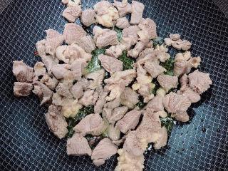 西红柿炖牛肉,白糖融化,放入牛肉。