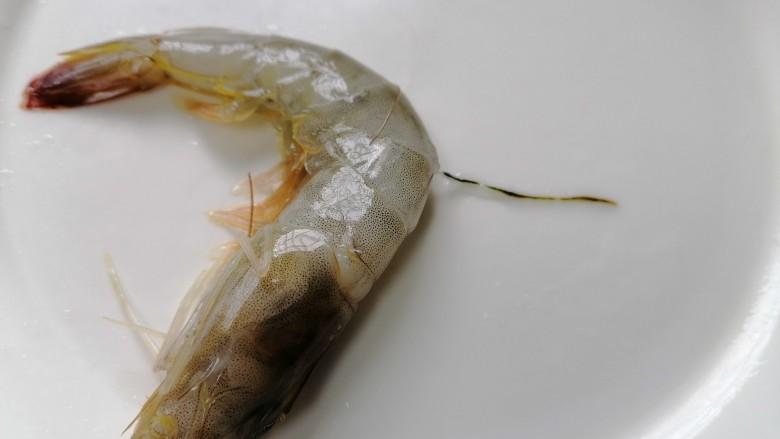糖醋虾,用牙签将虾线挑出来