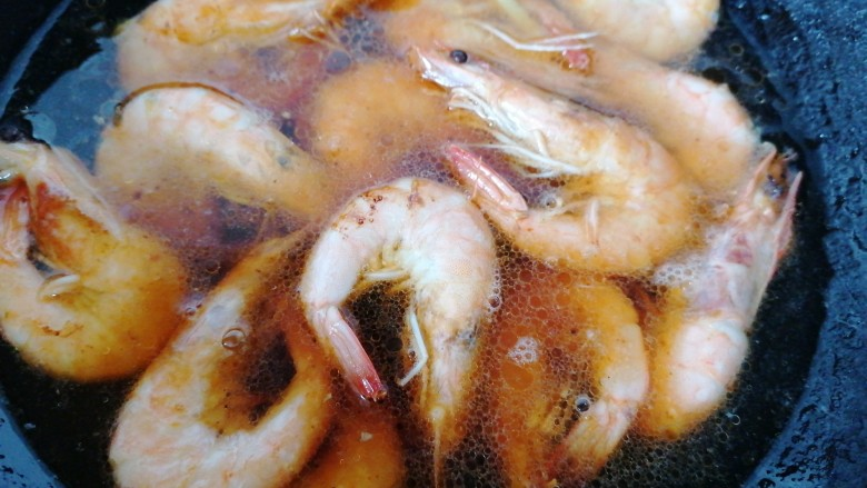 糖醋虾,加入适量水炖一会