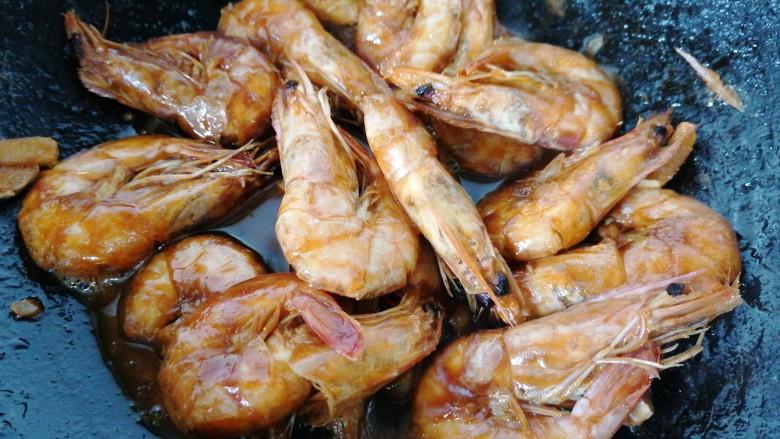 糖醋虾,炖至虾入味上色即可出锅