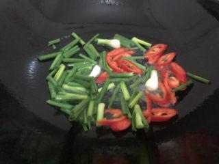 葱爆牛肉,跟着下葱、红椒