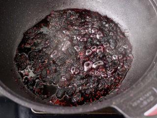 桑葚柠檬冻撞奶,小火慢慢熬制桑葚液汁萃取。