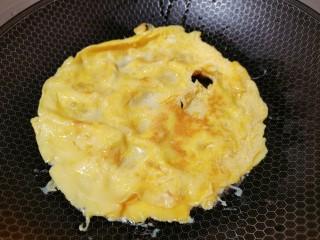 西葫芦炒鸡蛋,煎至底部凝固后,翻个面继续煎