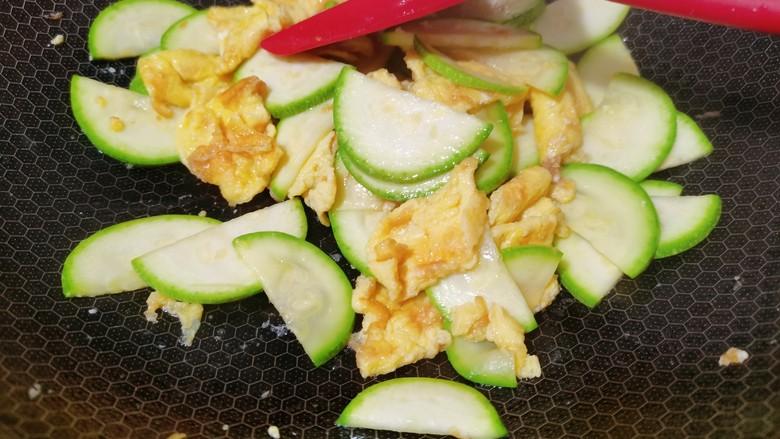 西葫芦炒鸡蛋,加入一勺食用盐大火翻炒均匀